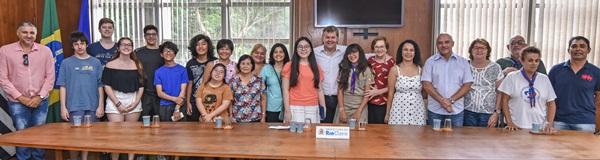 Prefeitura faz homenagem a aluna medalhista em torneio de matemática.